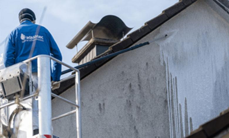 Reinigungsmittel auf Fassade auftragen